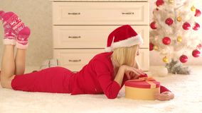 Διάθεση προ-Χριστουγέννων Ευτυχές κορίτσι που η ατμόσφαιρα του νέου έτους Ευτυχείς διακοπές Χριστουγέννων και χειμώνα Παιχνίδι κο απόθεμα βίντεο