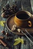 Διάθεση φθινοπώρου: φλιτζάνι του καφέ, καρύδια και φύλλα φθινοπώρου Στοκ Εικόνα