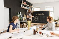 Διάλεξη και κατάρτιση στο γραφείο καλλιγραφίας για μια ομάδα ανθρώπων Στοκ φωτογραφία με δικαίωμα ελεύθερης χρήσης