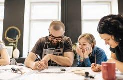 Διάλεξη και κατάρτιση στο γραφείο καλλιγραφίας για μια ομάδα ανθρώπων Στοκ Εικόνα