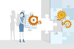 Διάνυσμα επιχειρησιακού επίπεδο σχεδίου με μια γυναίκα που ολοκληρώνει έναν μεγάλο γρίφο τορνευτικών πριονιών με cogwheels διανυσματική απεικόνιση