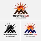 Διάνυσμα λογότυπων βουνών Grunge με τα εικονίδια ήλιων Στοκ Εικόνες