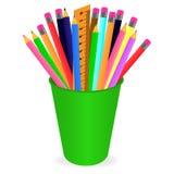 Διάνυσμα που επισύρει την προσοχή ένα σύνολο πολύχρωμων μολυβιών στο διοργανωτή σε ένα άσπρο υπόβαθρο ελεύθερη απεικόνιση δικαιώματος