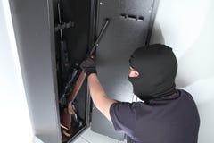 Διάρρηξη και κλοπή στα πυροβόλα όπλα σε ένα χρηματοκιβώτιο πυροβόλων όπλων στοκ φωτογραφίες