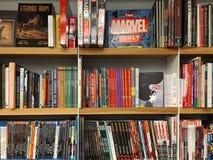 Διάσημα αμερικανικά κωμικά περιοδικά για την πώληση στο τοπικό βιβλιοπωλείο στοκ εικόνα