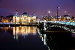Διάσημα γέφυρα και πανεπιστήμιο κατά μήκος του ποταμού Ροδανού τη νύχτα, Λυών Στοκ Φωτογραφίες