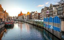 Διάσημα εκλεκτής ποιότητας κτήρια της πόλης του Άμστερνταμ στο σύνολο ήλιων Γενική άποψη τοπίων στην ολλανδική αρχιτεκτονική παρά Στοκ Φωτογραφία