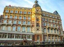 Διάσημα εκλεκτής ποιότητας κτήρια της πόλης του Άμστερνταμ στο σύνολο ήλιων Γενική άποψη τοπίων στην ολλανδική αρχιτεκτονική παρά Στοκ εικόνες με δικαίωμα ελεύθερης χρήσης
