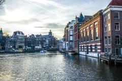 Διάσημα εκλεκτής ποιότητας κτήρια της πόλης του Άμστερνταμ στο σύνολο ήλιων Γενική άποψη τοπίων στην ολλανδική αρχιτεκτονική παρά Στοκ φωτογραφίες με δικαίωμα ελεύθερης χρήσης