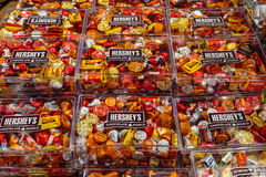 Διάσημα φιλιά σοκολάτας Hershey ` s και ανάμεικτες καραμέλες Στοκ Φωτογραφία