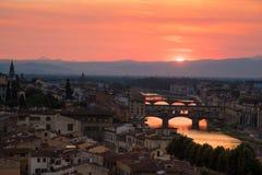 Διάσημες γέφυρες πέρα από τον ποταμό Arno στη Φλωρεντία, Ιταλία, στη DA Στοκ Φωτογραφία