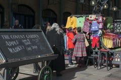 Διάσημη αγορά της Apple μέσα στον κήπο Covent με τους ανθρώπους που περπατούν γύρω στο Λονδίνο, UK - 10 Φεβρουαρίου 2015  Η αγορά Στοκ εικόνες με δικαίωμα ελεύθερης χρήσης