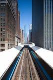Διάσημη ανυψωμένη υπερυψωμένη αμαξοστοιχία περιφερειακού σιδηροδρόμου στο Σικάγο στοκ εικόνα