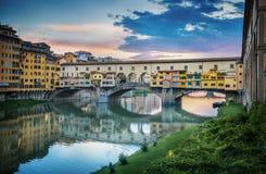 Διάσημη γέφυρα Ponte Vecchio στον ποταμό Arno στη Φλωρεντία, Ιταλία στοκ φωτογραφίες