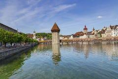 Διάσημη θέση γεφυρών παρεκκλησιών στη λίμνη Luzern με το μπλε ουρανό σε Luzer Στοκ Εικόνες
