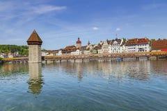 Διάσημη θέση γεφυρών παρεκκλησιών στη λίμνη Luzern με το μπλε ουρανό σε Luzer Στοκ Φωτογραφίες