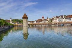 Διάσημη θέση γεφυρών παρεκκλησιών στη λίμνη Luzern με το μπλε ουρανό σε Luzer Στοκ φωτογραφία με δικαίωμα ελεύθερης χρήσης