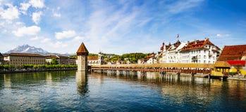 Διάσημη θέση γεφυρών παρεκκλησιών στη λίμνη Luzern με το μπλε ουρανό σε Luzer Στοκ Φωτογραφία