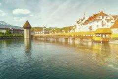 Διάσημη θέση γεφυρών παρεκκλησιών στη λίμνη Luzern με το μπλε ουρανό σε Luzer Στοκ εικόνες με δικαίωμα ελεύθερης χρήσης