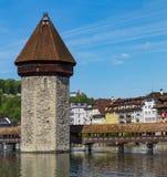 Διάσημη θέση γεφυρών παρεκκλησιών στη λίμνη Luzern με το μπλε ουρανό σε Luzer Στοκ Εικόνα