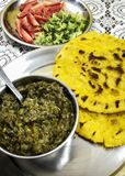 Διάσημη κουζίνα punjabi - makki Di roti και sarson Κα saag Στοκ εικόνα με δικαίωμα ελεύθερης χρήσης