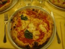 Διάσημη πίτσα της Μαργαρίτα που εξυπηρετείται σε ένα πιάτο σε ένα εστιατόριο της Νάπολης Ιταλία στοκ φωτογραφίες