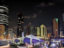 Διάσημοι ορόσημα πόλεων του Αμπού Ντάμπι και ουρανοξύστες, το σύγχρονο μουσείο κληρονομιάς Al Hosn Qasr τη νύχτα στοκ εικόνες
