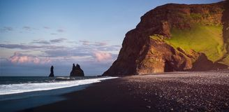 Διάσημοι σχηματισμοί βράχου Reynisdrangar στη μαύρη παραλία Reynisfjara Ακτή του Ατλαντικού Ωκεανού κοντά σε Vik, νότια Ισλανδία στοκ φωτογραφίες με δικαίωμα ελεύθερης χρήσης