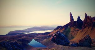 Διάσημος εκτεθειμένος ηληκιωμένος βράχων Storr, βόρειος λόφος στο νησί της Skye στοκ φωτογραφία