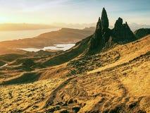 Διάσημος εκτεθειμένος ηληκιωμένος βράχων Storr, βόρειος λόφος στο νησί της Skye στοκ φωτογραφίες