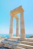 Διάσημος ελληνικός στυλοβάτης ναών ενάντια στο σαφή μπλε ουρανό και θάλασσα στην Ελλάδα Στοκ Εικόνες