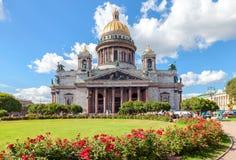 Διάσημος καθεδρικός ναός Αγίου Isaac στη Αγία Πετρούπολη το καλοκαίρι ηλιόλουστο Στοκ φωτογραφία με δικαίωμα ελεύθερης χρήσης