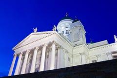 Διάσημος καθεδρικός ναός του Ελσίνκι από την χαμηλός-γωνία στο λυκόφως Στοκ φωτογραφία με δικαίωμα ελεύθερης χρήσης