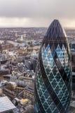 Διάσημος πύργος αγγουριών του Λονδίνου με μια γέφυρα πύργων σε ένα υπόβαθρο Στοκ Εικόνες