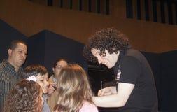 Διάσημος της Βενεζουέλας αγωγός Gustavo Dudamel που υπογράφει τα αυτόγραφα μετά από μια συναυλία σε Teatro Τερέζα Carreño Καράκα στοκ φωτογραφίες