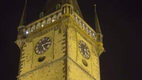 Διάσημο αστρονομικό ρολόι στην Πράγα, καταπληκτική άποψη νύχτας, θέση ενδιαφέροντος φιλμ μικρού μήκους