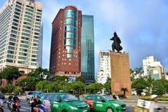Διάσημο γενικό άγαλμα ιστορίας και πολυάσχολη κυκλοφορία, κέντρο πόλεων Χο Τσι Μινχ, Βιετνάμ Στοκ εικόνες με δικαίωμα ελεύθερης χρήσης