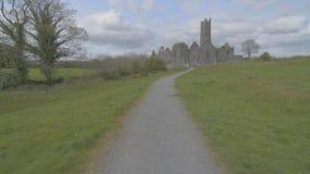 Διάσημο ιρλανδικό ορόσημο, quin αβαείο, νομός clare, Ιρλανδία απόθεμα βίντεο