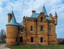 Διάσημο κάστρο στην Ουκρανία πέρα από τον όμορφο μπλε νεφελώδη ουρανό Στοκ φωτογραφία με δικαίωμα ελεύθερης χρήσης
