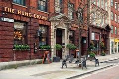 Διάσημο κρεμασμένο συρμένο & διαιρεμένο στα τέσσερα μπαρ στο Λονδίνο Στοκ Φωτογραφίες