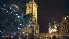 Διάσημο μεσαιωνικό αστρονομικό ρολόι στην παλαιά πλατεία της πόλης στην Πράγα, Δημοκρατία της Τσεχίας απόθεμα βίντεο