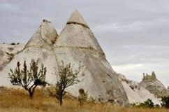 Διάσημο ορόσημο Cappadocian - ηφαιστειακοί σχηματισμοί βράχου με τη σπηλιά Στοκ φωτογραφία με δικαίωμα ελεύθερης χρήσης