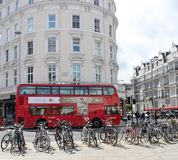 Διάσημο παλαιό λεωφορείο καταστρωμάτων ύφους κόκκινο διπλό στο Λονδίνο Στοκ Φωτογραφία