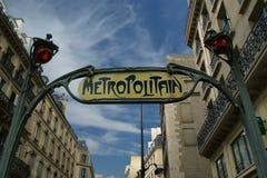 Διάσημο σημάδι μετρό του Παρισιού, Γαλλία Στοκ εικόνα με δικαίωμα ελεύθερης χρήσης