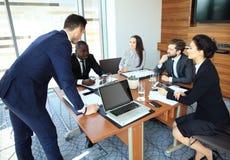 Διάσκεψη επιχειρηματιών και επιχειρηματιών στη σύγχρονη αίθουσα συνεδριάσεων Στοκ εικόνες με δικαίωμα ελεύθερης χρήσης