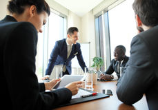 Διάσκεψη επιχειρηματιών και επιχειρηματιών στη σύγχρονη αίθουσα συνεδριάσεων Στοκ Εικόνες