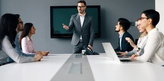 Διάσκεψη επιχειρηματιών στο σύγχρονο γραφείο Στοκ φωτογραφία με δικαίωμα ελεύθερης χρήσης