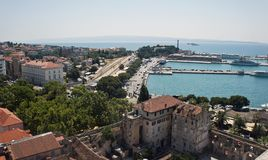 Διάσπαση, Κροατία - 07 22 2015 - εναέρια άποψη της ακτής και των στεγών από τον πύργο κουδουνιών, λιμένας με τα σκάφη, όμορφη εικ στοκ εικόνα