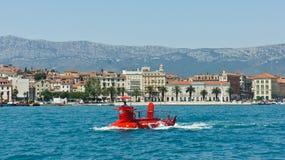 Διάσπαση, Κροατία - 07 22 2015 - φυσική άποψη της πόλης με τη βάρκα από το νερό, όμορφη εικονική παράσταση πόλης, ηλιόλουστη ημέρ στοκ φωτογραφίες