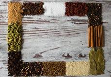 Διάστημα αντιγράφων του πλαισίου καρυκευμάτων Μαύρο πιπέρι, καρδάμωμο, κορίανδρο, σπόροι μουστάρδας, φύλλο κόλπων, κανέλα Στοκ φωτογραφίες με δικαίωμα ελεύθερης χρήσης